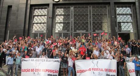 Servidores das Justiças Federal, Eleitoral e do Trabalho realizam ato pela reposição salarial