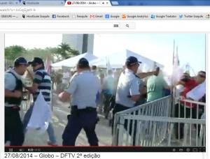 Moisés Leite, dirigente do Sisejufe, de camisa verde, é agredido pela Polícia Militar do DF com spray de pimenta.
