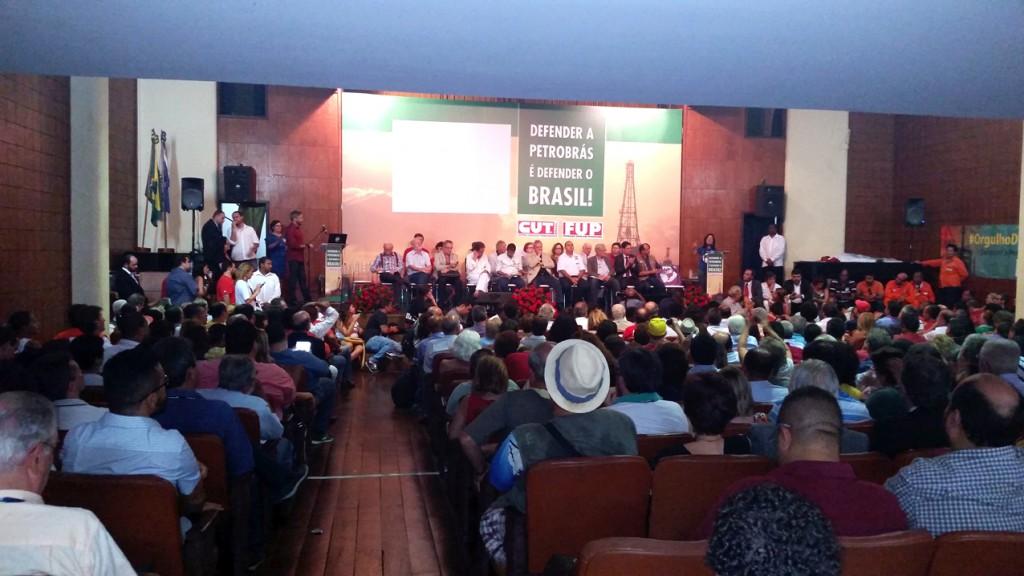 Lideranças de movimentos sindicais e sociais e trabalhadores de várias categorias se reúnem para defender a Petrobras