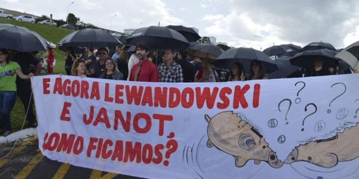 Servidores do Judiciário protestam em frente ao Congresso