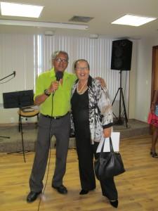 Denison Vieira Ramos, coordenador do DAP e a diretora Lucilene Lima dão as boas vindas aos aposentados