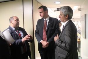 O representante de base do Sisejufe, Roberto Ponciano, conversa com os deputados Alessandro Molon (PT-RJ) e Rodrigo Pacheco (PMDB-MG)