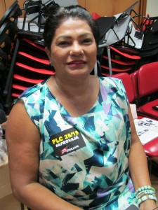 A servidora aposentada Dirce Magioli feliz com o resultado da maquiagem feita pela consultora Andressa Pereira