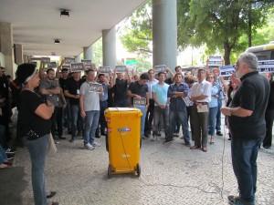 Servidores lotam entrada do prédio do TRT Augusto Severo para participar da assembleia setorial