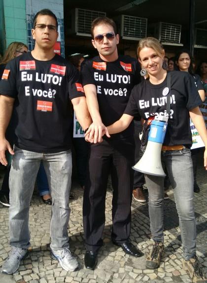 Servidores mostram indignação na passeata de Caxias