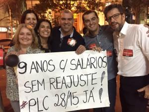 Bruno Andrade (segundo da direita para esquerda) comemora o sucesso da passeata com outros servidores do TRE