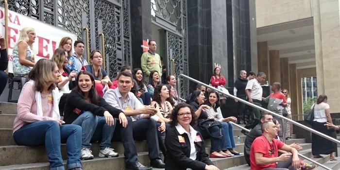 Servidores em greve participam de seresta na Rua da Imprensa