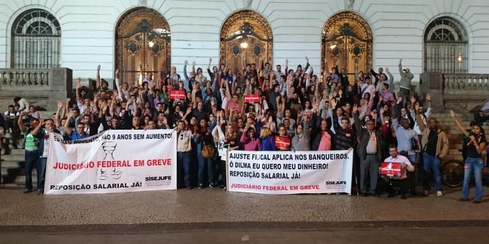 Servidores do Judiciário decidem manter e fortalecer a greve