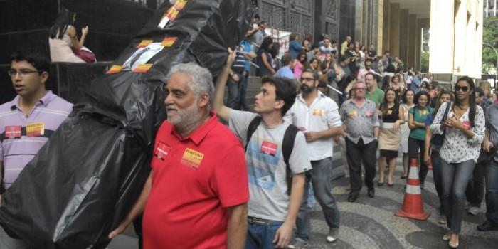 """Servidores do TRT """"enterram"""" Judiciário Federal na porta do Ministério da Fazenda do Centro do Rio"""