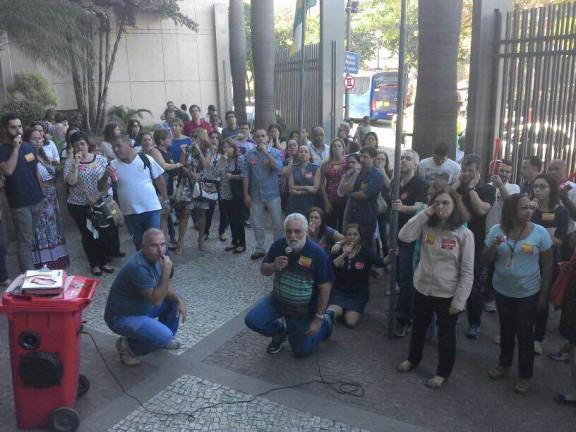Servidores intensificam a greve na véspera do prazo de sanção da presidenta Dilma