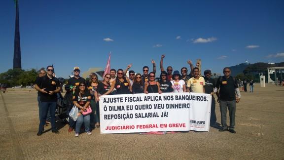 Em protesto na Praça dos Três Poderes nesta terça (21/07) servidores pressionam Dilma pela sanção do PLC 28