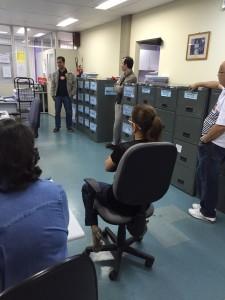 Valter Nogueira Alves, presidente do sindicato, conversa com servidores de Itaperuna