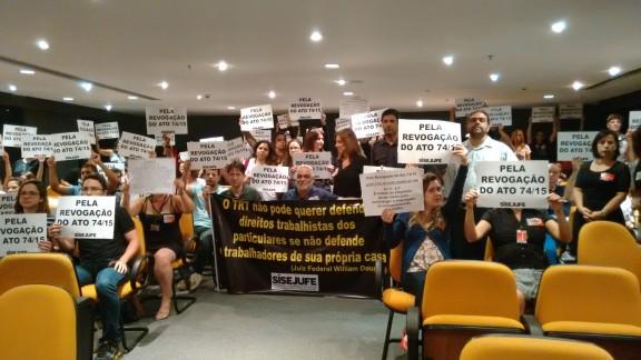 Servidores protestam contra Ato 74 na sessão do Órgão Especial do TRT-RJ