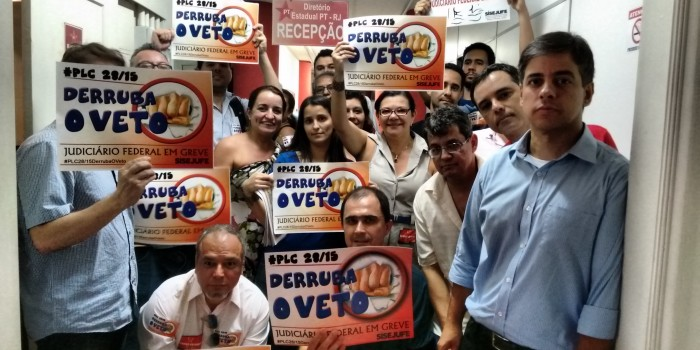 Servidores protestam na sede do PT no Rio