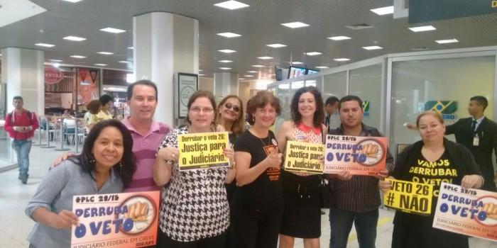 Servidores fazem corpo a corpo com parlamentares no Aeroporto Santos Dumont