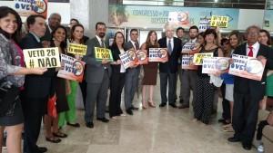 Ex-governador de São Paulo, Fleury Filho, conversa com servidores