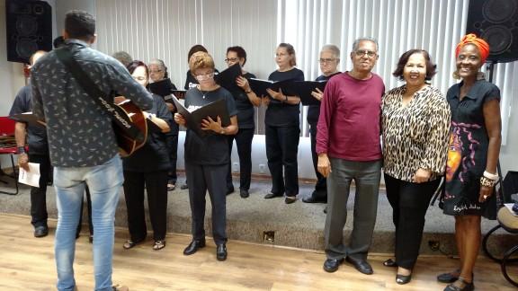 Ceia de Natal, música e bingo animam confraternização de fim de ano dos aposentados