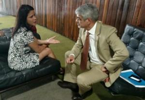 A diretora Fernanda Lauria conversa com o senador Humberto Costa sobre