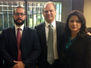 Da esquerda para a direita: o servidor Lucas Ferreira, o relator do PLOA Ricardo Barros e a diretora do Sisejufe Fernanda Lauria
