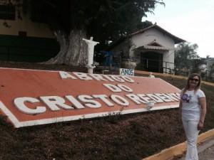 Fernanda Picorelli, diretora do Sisejufe, fazendo entrega de parte das doações ao Abrigo Cristo Redentor