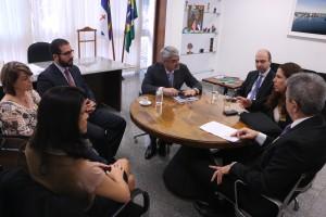 Dirigentes sindicais reunidos com o senador Humberto Costa e  representantes da secretaria de Orçamento Federal do Ministério do Planejamento