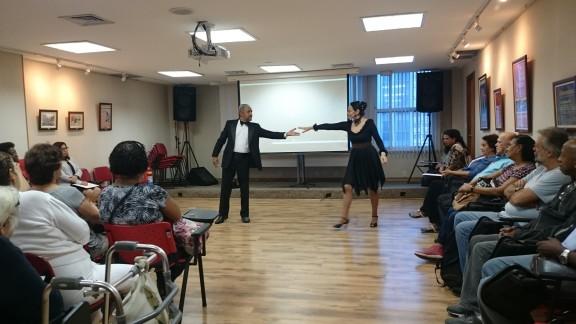 Aposentados se encantam com o tango