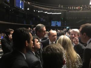 Dirigentes sindicais e líderes partidários nas negociações finais antes da aprovação do PL 2648 em Plenário
