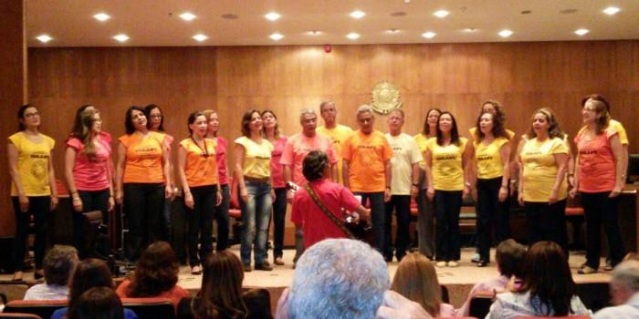 Coral do sindicato faz apresentação em reunião no TRF