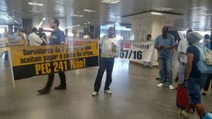 Manifestantes protestam contra a PEC 241 no aeroporto de Brasília