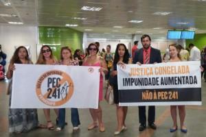 Servidores fizeram manifestação no desembarque do aeroporto de Brasília