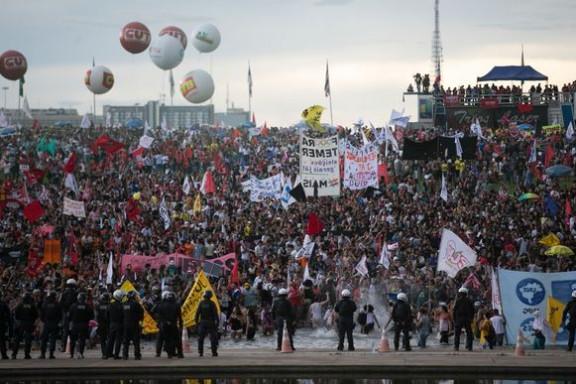 Senado inicia votação da PEC da Maldade em primeiro turno. Do lado de fora, manifestantes entraram em confronto com a PM em frente ao Congresso