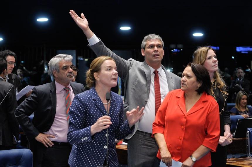 Senado aprova PEC do teto de gastos em primeiro turno