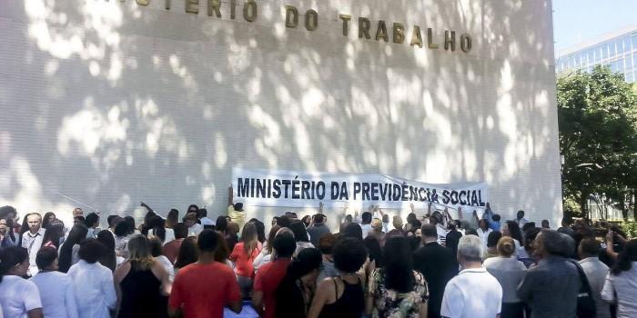 Protestos contra PEC da Reforma e abraço ao prédio da Previdência em Brasília marcam o Dia do Aposentado
