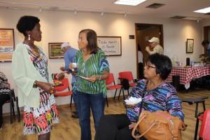 A coordenadora Neli Rosa conversa com as aposentadas