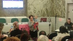 Eleutéria, com seu neto no colo, abre o evento da CAMTRA