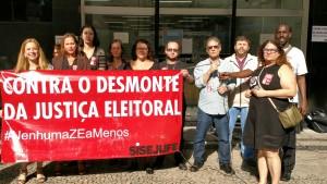 Servidores protestam contra o fechamento das zonas