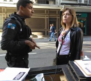 Soraia enfrenta o policial para evitar conflito