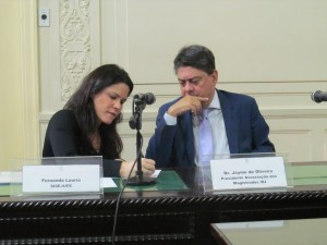 A diretora do Sisejufe Fernanda Lauria articula a defesa da Justiça Eleitoral com o deputado Wadih Damous