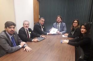 O deputado Zeca Dirceu recebeu o grupo em seu gabinete, do qual fez parte o desembargador Adalberto Jorge Xisto Pereira, do TRE-PR