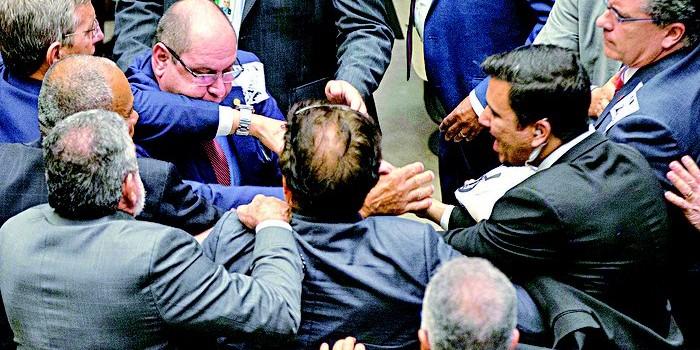 Investigação contra Michel Temer é barrada com folga