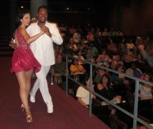 Coral do Sisejufe foi acompanhado pelo casal de dançarinos Tatiana Braz e Raphael Meira