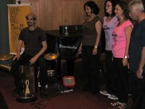 O Coral do Sisejufe dividiu o palco com o percussionista Naif Simões