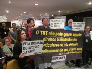 Servidores do TRT e diretores do Sisejufe participaram da manifestação no Órgão Especial
