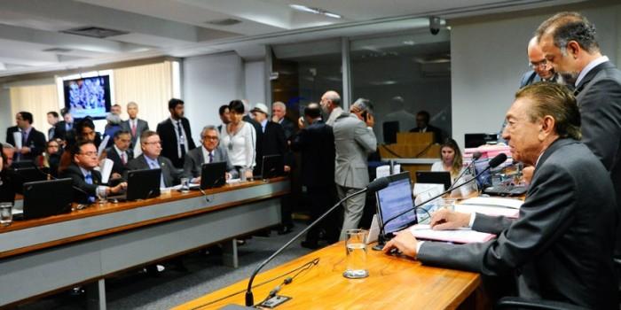 Projeto que prevê demissão de servidor estável sai de pauta da CCJ do Senado