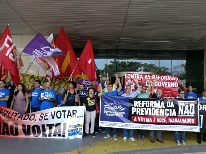 TRABALHADORES CONTRA REFORMA: Frente Rio faz manifestação em frente ao Aeroporto Santos Dumont