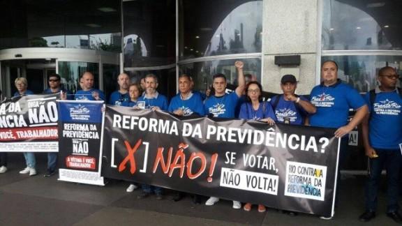 DEU NA IMPRENSA: Servidores do Rio alugam avião para divulgar mensagem contra a reforma da Previdência