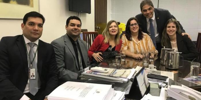 SERVIDORES CONVERSAM com senador sobre projeto que criminaliza Executivo por não apresentar proposta de revisão salarial