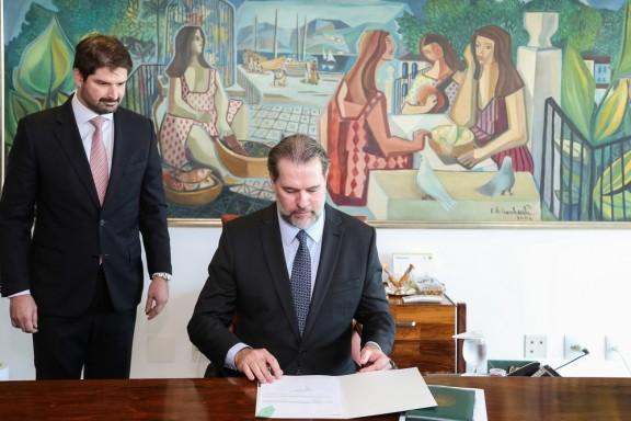 PRESIDENTE DA REPÚBLICA EM EXERCÍCIO – Toffoli sanciona lei que torna crime importunação sexual, entre outras