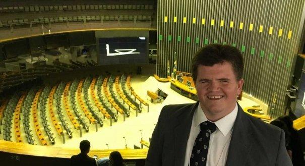DEU NA IMPRENSA: Candidato com deficiência visual é eleito deputado federal pelo Espírito Santo