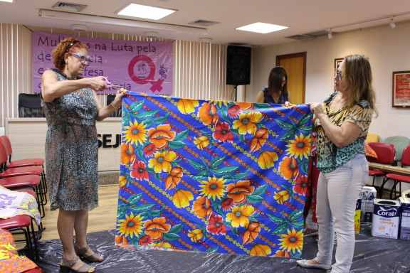 Oficina prepara adereços para o Dia Internacional das Mulheres